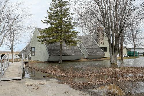 La mairie de Sainte-Anne-de-Sorel, située près du fleuve, est encerclée d'eau.  Photo | Les 2 Rives ©