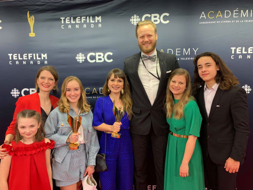 La cinéaste soreloise Geneviève Dulude-Decelles (à gauche) avec une partie de son équipe lors du gala des prix Écrans canadiens.  Photo gracieuseté