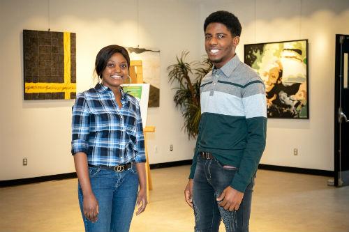 Kelly Mietchop Ngoko et Aubin Fabeleu Djapi sont fiers d'étudier au Cégep de Sorel-Tracy.  Photo Pascal Gagnon | Les 2 Rives ©