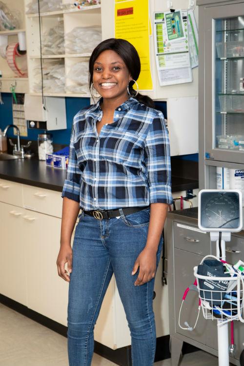 Kelly Mietchop Ngoko étudie en Techniques de soins infirmiers. Photo Pascal Gagnon | Les 2 Rives ©
