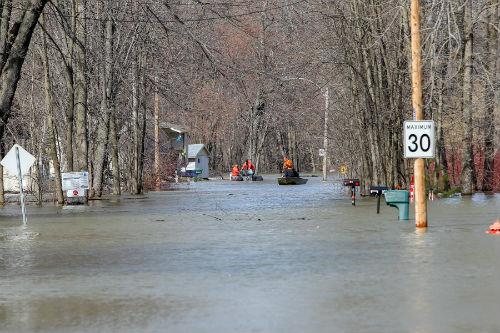 Le niveau de l'eau était si élevé qu'il était possible de circuler en chaloupe directement dans la rue.  Photo Les 2 Rives ©