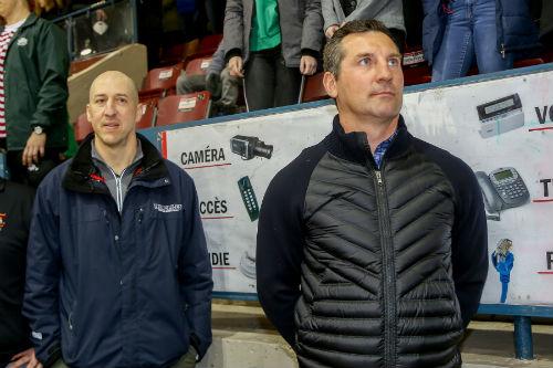 Éric Messier, coach des Rebelles du Cégep, et François Beauchemin, ancien joueur pour la LNH, étaient les coachs des jeunes.  Photo Pascal Cournoyer | Les 2 Rives ©