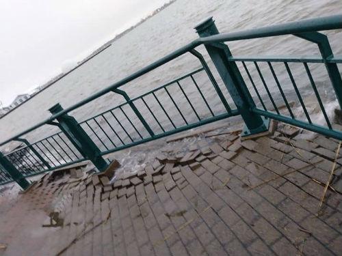 L'eau a recouvert une partie de la promenade au parc Regard-sur-le-fleuve, ce qui a causé quelques dommages.  Photo gracieuseté