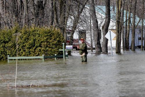 Marc Lacouture souhaiterait vendre sa maison mais ne sait pas si ce sera possible. Il garde tout de même le sourire malgré les inondations.  Photo Les 2 Rives ©