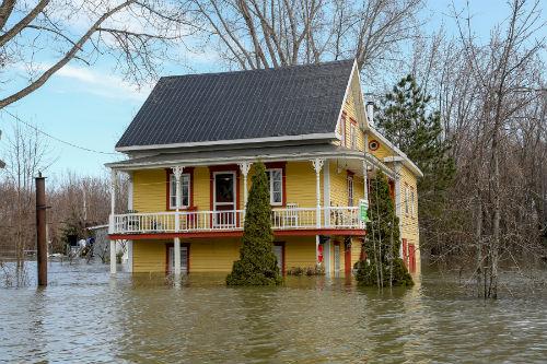Les premières gibelottes ont été cuisinées à cette maison jaune, près du restaurant de Marc Beauchemin. Celle-ci, qui date de 1926, a connu plusieurs périodes d'inondations. Photo Les 2 Rives ©