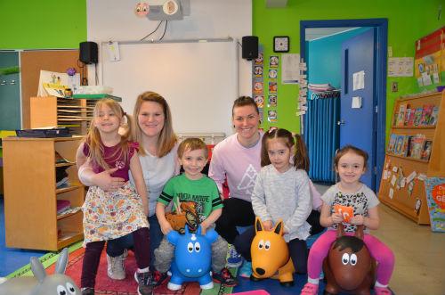 Claudiane Rheault-Girouard et Laury Gervais ont à cœur le développement des enfants dans leur classe.  Photo Katy Desrosiers | Les 2 Rives ©