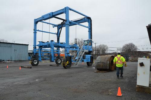 Des employés ont reçu une formation spécifique pour utiliser le nouveau chariot cavalier.  Photo Katy Desrosiers | Les 2 Rives ©
