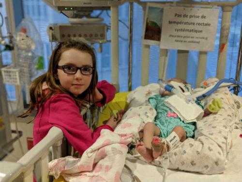 Mahély Dupuis aux côté de sa petite soeur Zoé. Photo gracieuseté