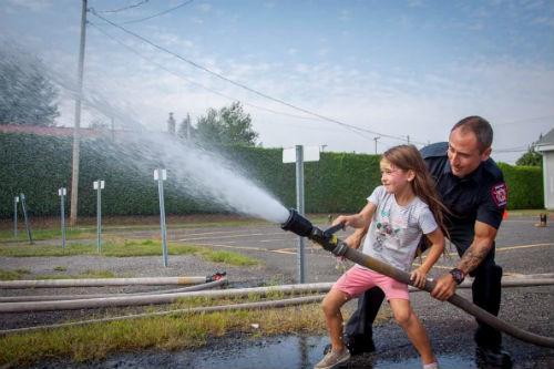 Les pompiers premiers répondants du Service de sécurité incendie de Saint-Roch-de-Richelieu s'impliquent auprès de la communauté.  Photo gracieuseté