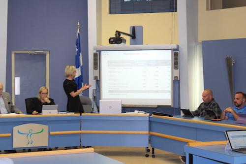 La directrice des ressources financières pour la CS, Marie-Claude Larrivée, a présenté le budget lors d'une séance extraordinaire du conseil des commissaires.  Photo Katy Desrosiers | Les 2 Rives ©