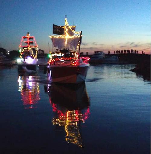 La 1re parade de bateaux illuminés avait attiré près de 1000 personnes le long du fleuve.  Photo gracieuseté