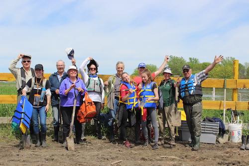 Une dizaine de bénévoles et des employées de CNC se sont rendus sur l'île du Moine en chaloupe pour planter des arbres et récolter des déchets.  Photo gracieuseté CNC