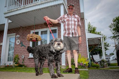 Fortunat Perron est craintif de circuler avec son chien sur sa rue.  Photo Pascal Cournoyer | Les 2 Rives ©
