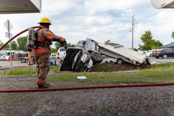 Une collision entre deux camions entraîne une tente-roulotte dans le fossé