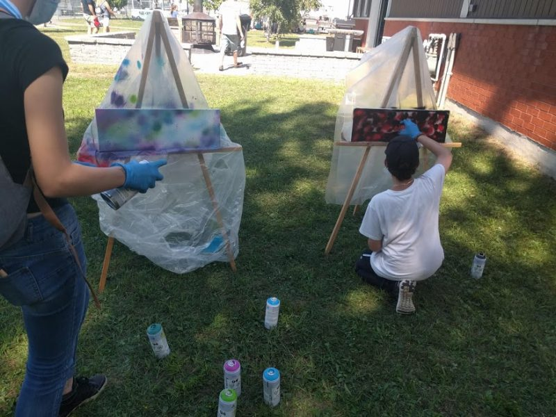 Des jeunes ont pu se pratiquer à peindre des graffitis lors d'un atelier préparatoire.  Photo gracieuseté
