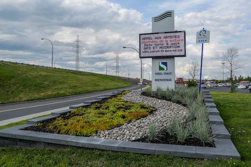 Les horticultrices s'occupent aussi d'embellir les entrées de ville, soit ces panneaux qui souhaitent la bienvenue à Sorel-Tracy.  Photo Pascal Cournoyer | Les 2 Rives ©