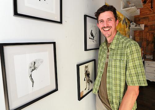 L'artiste Joffrey Rivard, qui réside à Saint-Denis-sur-Richelieu, s'inspire des animaux pour partager ses émotions à travers ses peintures. Photo Robert Gosselin | Le Courrier ©