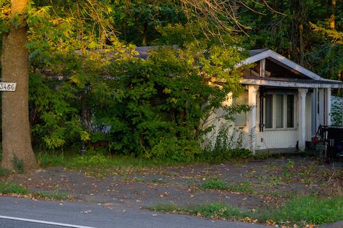 La maison située au 3466, chemin du Chenal-du-Moine pourrait être rasée si le propriétaire ne donne pas signe de vie. Photo Pascal Cournoyer | Les 2 Rives ©
