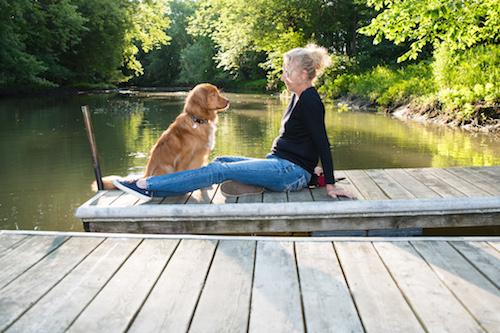 Marie-Claude Lavallée accompagnée de son chien, Roadtrip Rusty, un Retriever de la Nouvelle-Écosse. Photo Gary Carpentier