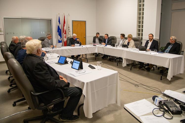 Les 12 conseillers régionaux ont décidé de crever l'abcès sur la chicane actuelle à la MRC de Pierre-De Saurel. Ils tiendront une rencontre privée le samedi 9 novembre. Photo Pascal Gagnon | Les 2 Rives ©