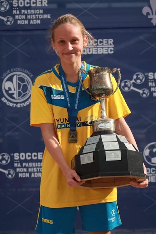 Alexanne Lafond-Hurteau a mis la main sur la Coupe des champions provinciaux avec les Cosmos de Granby.  Photo gracieuseté
