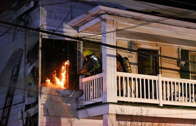 Le feu est demeuré à l'extérieur du bâtiment. Photo Pascal Cournoyer | Les 2 Rives ©