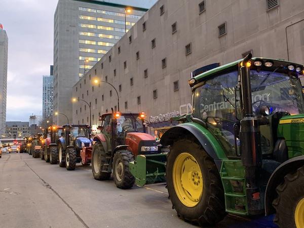 Des producteurs ont circulé en tracteur dans les rues de Montréal pour se faire entendre devant les bureaux du CN. Photo gracieuseté