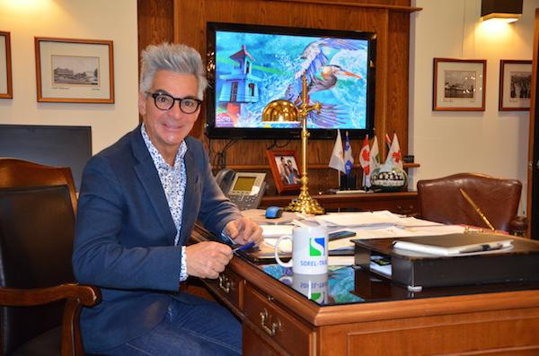 Le maire de Sorel-Tracy, Serge Péloquin, s'implique dans de nombreux dossiers, autant sur la scène locale, régionale, que nationale.  Photo Sébastien Lacroix | Les 2 Rives ©