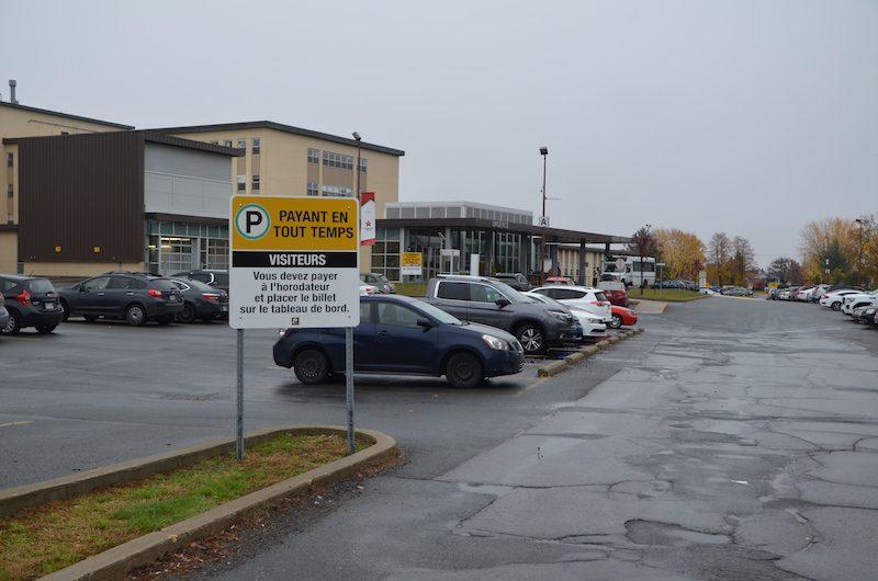 Les revenus nets découlant des stationnements ont représenté 275 582 $ en 2018-2019 dans le Réseau local de santé (RLS) de Pierre-De-Saurel. Photo Sébastien Lacroix | Les 2 Rives ©