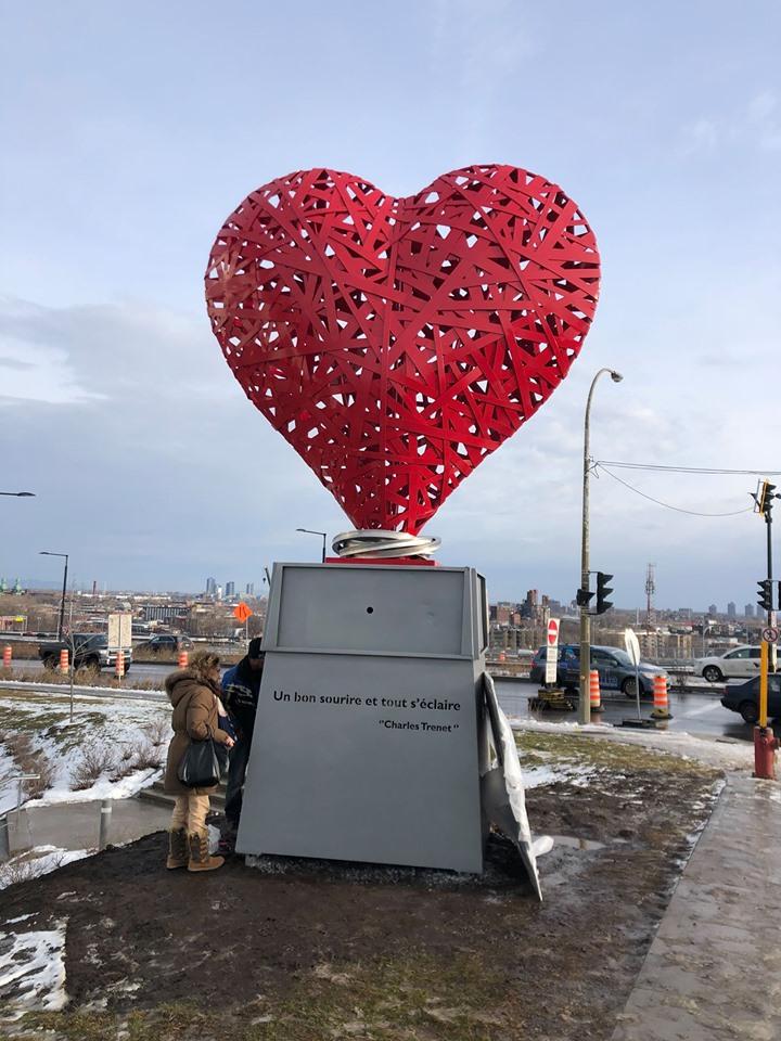 L'œuvre en forme de cœur a été installée le 9 décembre devant le CUSM. Photo gracieuseté