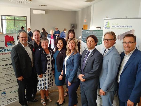 La mairesse de Contrecoeur, Maud Allaire (au centre), en compagnie de plusieurs acteurs socio-économiques de la MRC de Marguerite-d'Youville lors d'un déjeuner-conférence l'automne dernier. Photo gracieuseté