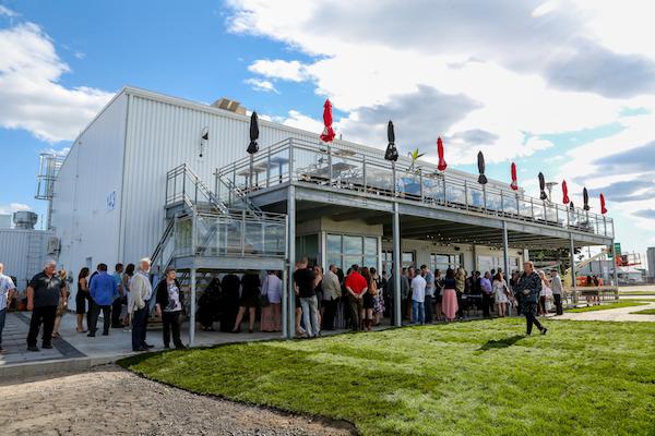 Le Cabaret Les Années Folles a ouvert ses portes en juillet 2018 dans l'ancien héliport du quai numéro 2. Photo Pascal Cournoyer | Les 2 Rives ©