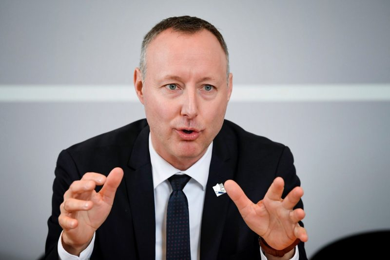 Le bureau du député Jean-Bernard Émond aura deux fois plus d'argent à remettre aux organismes communautaires.  Photo gracieuseté