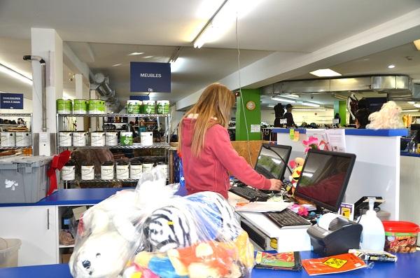 Des jeunes sont prêts à travailler dans plusieurs secteurs où des emplois sont recherchés, dont le commerce au détail. Photothèque | Les 2 Rives ©