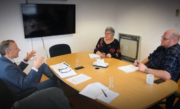 Le député de Richelieu, Jean-Bernard Émond, Carole Dulude, la directrice générale de la Ville de Saint-Ours et le maire Sylvain Dupuis. Photo gracieuseté