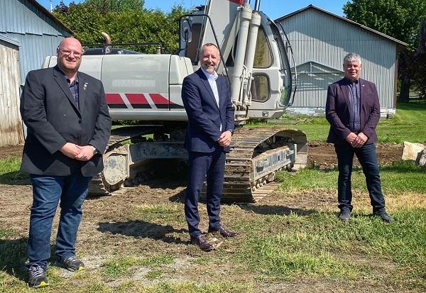 Le maire de Saint-Ours, Sylvain Dupuis, le député de Richelieu, Jean-Bernard Émond et le maire de Saint-Aimé, Denis Benoit.  Photo gracieuseté