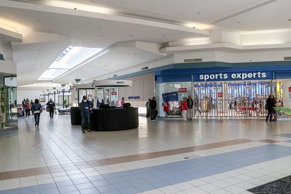 Lors de la réouverture, une visite des lieux a permis de constater qu'environ 25 magasins étaient ouverts au public ou s'apprêtaient à ouvrir leurs portes dans les prochaines minutes, dont le Sports Experts. Photo Pascal Cournoyer | Les 2 Rives ©
