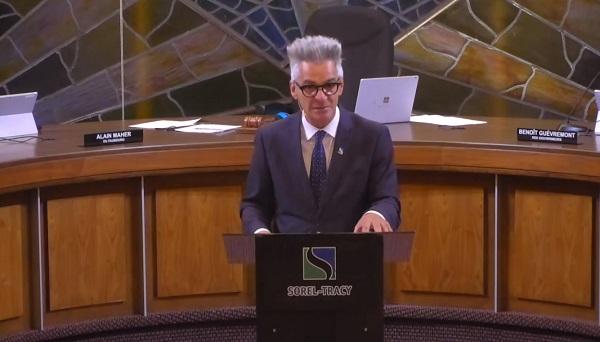Le maire de Sorel-Tracy a présenté les faits saillants des états financiers 2019 au début de la séance du conseil municipal, le 17 août.  Photo YouTube – Ville de Sorel-Tracy
