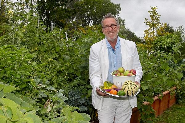 Le propriétaire d'Habitation Aqua-Sécurité, Gaétan La Madeleine, est fier de produire des légumes géants pour ses résidents dans son jardin composé de bois et de résidus végétaux qui devrait être bon pour une période de 25 ans. Photo Pascal Cournoyer | Les 2 Rives ©