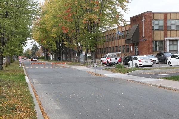 Des clôtures bloquent la circulation entre la rue Maisonneuve et le stationnement du personnel durant les journées scolaires.  Photo Pascal Cournoyer | Les 2 Rives ©