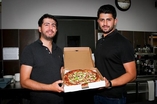 Les frères Mustafa et Ahmet Curuk ont dû fermer la salle à manger de leur restaurant Le Relais 117, situé sur la montée de la Pomme-d'Or à Contrecœur, jusqu'au moins le 28 octobre. Photo Pascal Cournoyer | Les 2 Rives ©