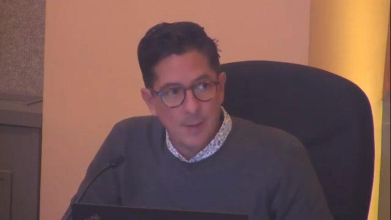 Le président de l'élection, René Chevalier, annonce que l'élection partielle du 13 décembre est annulée à Sorel-Tracy. Photo YouTube - Ville de Sorel-Tracy