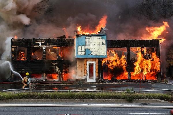 Le feu a pris dans le bâtiment inoccupé sur le boulevard Fiset.  Photo Pascal Cournoyer | Les 2 Rives ©