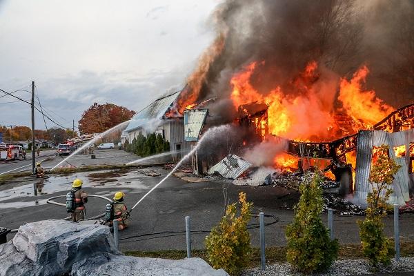 Le feu a pris dans un bâtiment inoccupé sur le boulevard Fiset.  Photo Pascal Cournoyer | Les 2 Rives ©