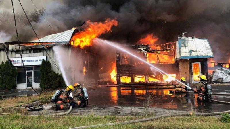Le feu a pris dans le bâtiment voisin de Carrosserie des îles, sur le boulevard Fiset. Photo Pascal Cournoyer | Les 2 Rives ©
