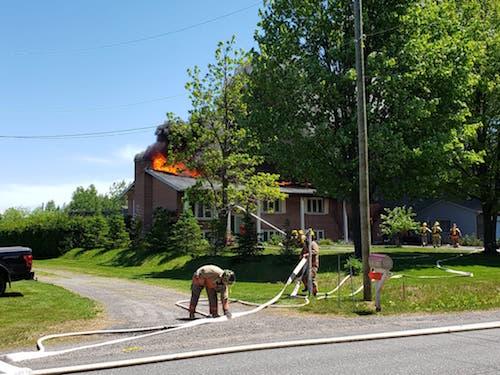 Des travaux de soudure ont causé un incendie important dans une résidence du chemin des Patriotes à Saint-Ours.  Photo Alexandre Brouillard | Les 2 Rives ©