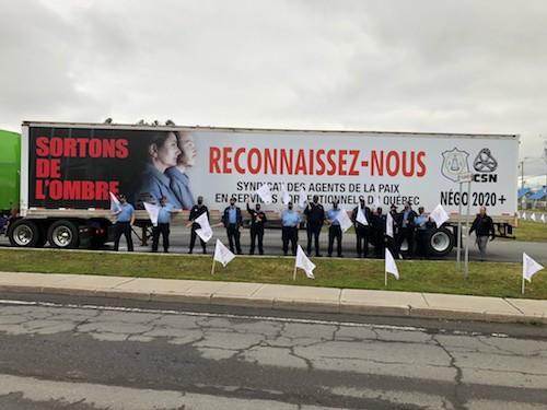 Des agentes et agents des services correctionnels ont manifesté devant l'établissement de détention de Sorel-Tracy le 31 mai.  Photo gracieuseté